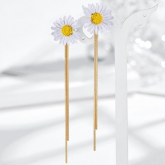 Long tassel and small Daisy stud earrings white