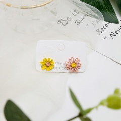 Hollow out asymmetric Daisy stud earrings Yellow-Pink
